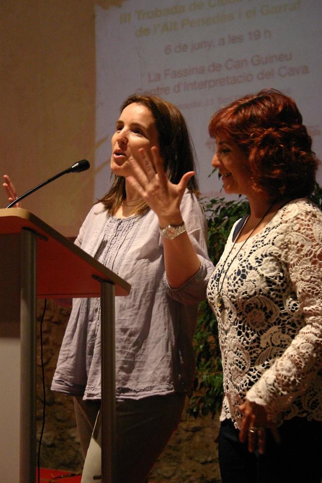 Marta Cano (Cap del Servei de Coordinació Bibliotecària) i Núria del Campo (Cap de zona Alt Penedès - Garraf) donen la benvinguda